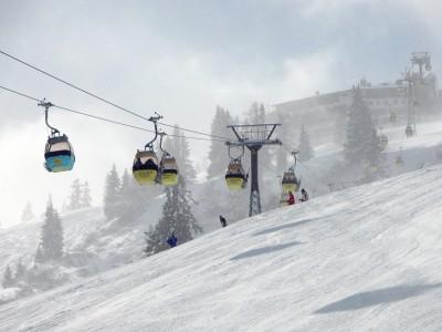Bad Gastein -hiihtoalueen laitamilla, Grossarlin suunnalla on tarjolla ruuhkattomampaa rinnelaskua. Pirteän värikäs hissi vie uuteen nousuun ja mahdollistaa jaloille hetken voimien keräykseen.