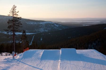 Levillä on mittava snow park ja lisää ilmasuorituspaikkoja eturinteiden streetillä.