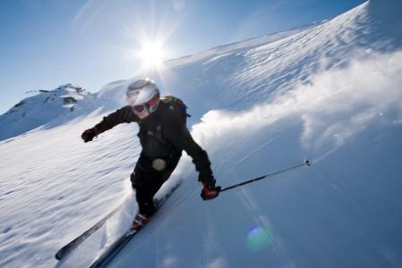 Whistler tarjoaa maastonsa puolesta hienot puitteet off-pistehiihtoon. Alueella partioi tarkkasilmäinen ski patrol, joka ei päästä laskijoita hoidettujen rinteiden ulkopuolelle ennen kuin se on lumen koostumuksen puolesta turvallista.