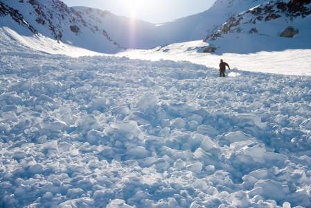 Blackcomb Glacierin reitin viereen aiemmin valunut lumivyöry. Ski Patrol käy räjäyttämässä vyöryt alas riskipaikoilta ennen kuin reitti avataan laskijoille.