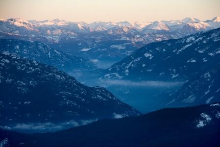 Whistlerin hiihtokeskus on kehittänyt mainion aamupalahiihto-konseptin. Kohtuullista erillismaksua vastaan laskijat pääsevät nousemaan gondolihissillä ennen aurinkoa väliasemalle aamupalalle ja korkkaamaan sen päätteeksi rinteet ensimmäisinä.