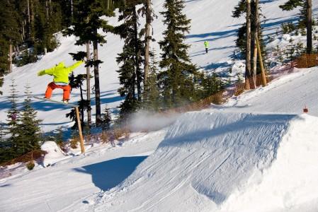 Sekä Whistlerin että Blackcombin hiihtoalueella on omat snow parkkinsa eri tasoisille kikkailijoille. Hyppyrit ja muut parkkien suorituspaikat pidetään luksustasoisessa kunnossa.