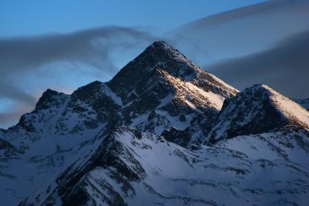 Bad Gasteinin laskupäivän viimeiset valonsäteet tarttuvat vielä hetkeksi vuoren huippuun.