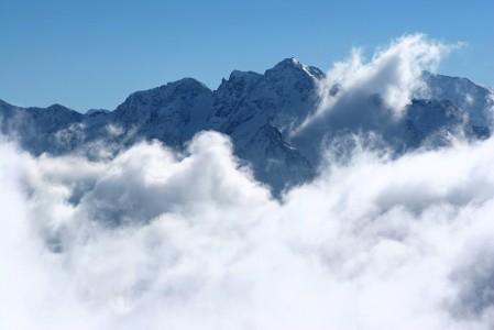 Pilvien puolittama alppimaisema Bad Gasteinissa.