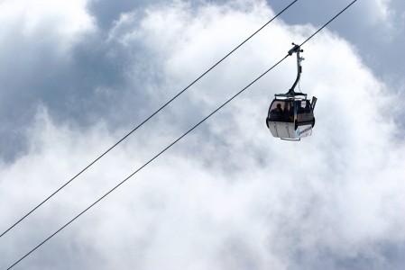 Gondolihissi kiipeää pilviverhon ylle Bad Gasteinissa.