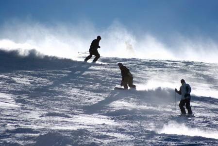 Rinteeseen satanut uusi lumi pölisee laskuvälineiden alla.