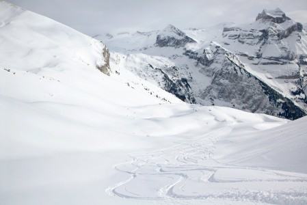Brunnin hiihtoalueen laitamilla Engelbergissä on sopiva paikka oman laskujäljen piirtämiseen.