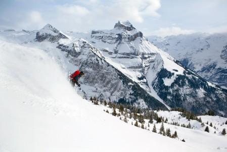 Brunnin puolella sijaitsee Engelbergin letkeämmin laskettavat off-pisteet. Vastapuolen Titlis-hiihtoalueella moni reitti kulkee jäätiköllä ja vaatii railojen tuntemusta sekä jäätikkövarustusta.