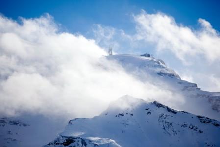 Titlis on Keski-Sveitsin korkein vuori. Huipulta 3028 metrin korkeudesta on parin kilometrin korkeuseron pudotus takaisin Engelbergin pikkukaupunkiin.