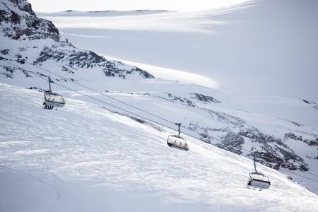 Engelbergin ensimmäinen hiihtohissi rakennettiin 1920-luvulla. Nykyään näillä vuorilla pyörii 28 hissiä, mikä on isoimpiin alppikeskuksiin nähden maltillinen määrä.