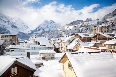 Engelbergin kaupungin lisäksi hiihtokeskuksessa voi yöpyä Igloo-jäähotellissa keskellä hiihtoaluetta. Kylällä voi myös harrastaa mm. mäkihyppyä, kelkkailua tai curlingia.