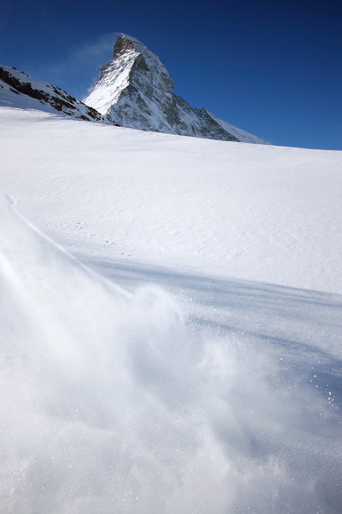 Zermattin tasoisessa laskumiljöössä hiihtäjä ei aina malta odottaa, että kuvaaja kaivaa kameran esiin. Laskeminen tuntuu liian hyvältä odottelemiseen.