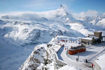 Gornergrat on Zermattin parhaimpia tähystyspaikkoja ympäröiville, huiman upeille vuorille: Matterhornille ja Monte Rosalle.