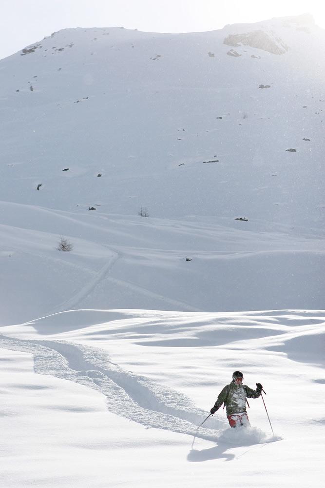 Joskus lumi on niin syvää eli hyvää, ettei loivemmilla kohdilla eteneminen meinaa onnistua.
