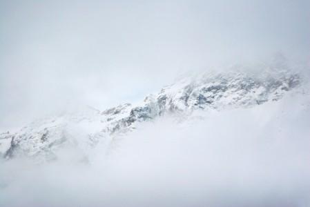 Cerviniassa vuoret ovat kylää kauniimmat. Molemmat objektit sijaitsevat korkealla, ja ne saattavat kääriytyä pilviverhoon eri aikaan.