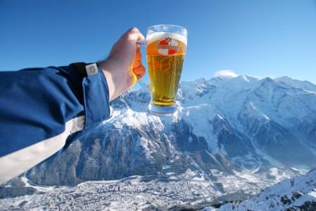 Le Breventin yläaseman rinneravintolassa tunnelma ei jää ainakaan maisemasta kiinni. Après-ski on Chamonixissa kohtuullisen hillittyä.