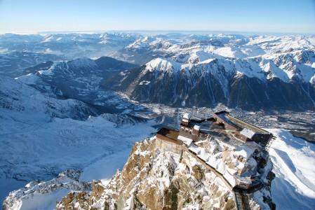 Chamonixin kaupunki ja Le Breventin hiihtoalue muuttavat mittakaavaa ja perspektiiviä, kun niitä nousee katsomaan Aiguille du Midiltä.