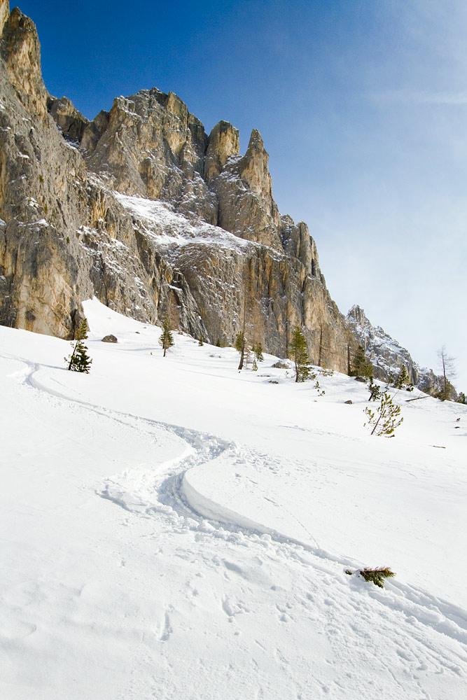 Sella-vuorelta johtaa off-pistejälkiä lähes joka suuntaan. Mitä tahansa jäkiä sieltä ei kannata seurata, sillä osa johtaa pelottavan jyrkkiin ja kapeisiin ränneihin.