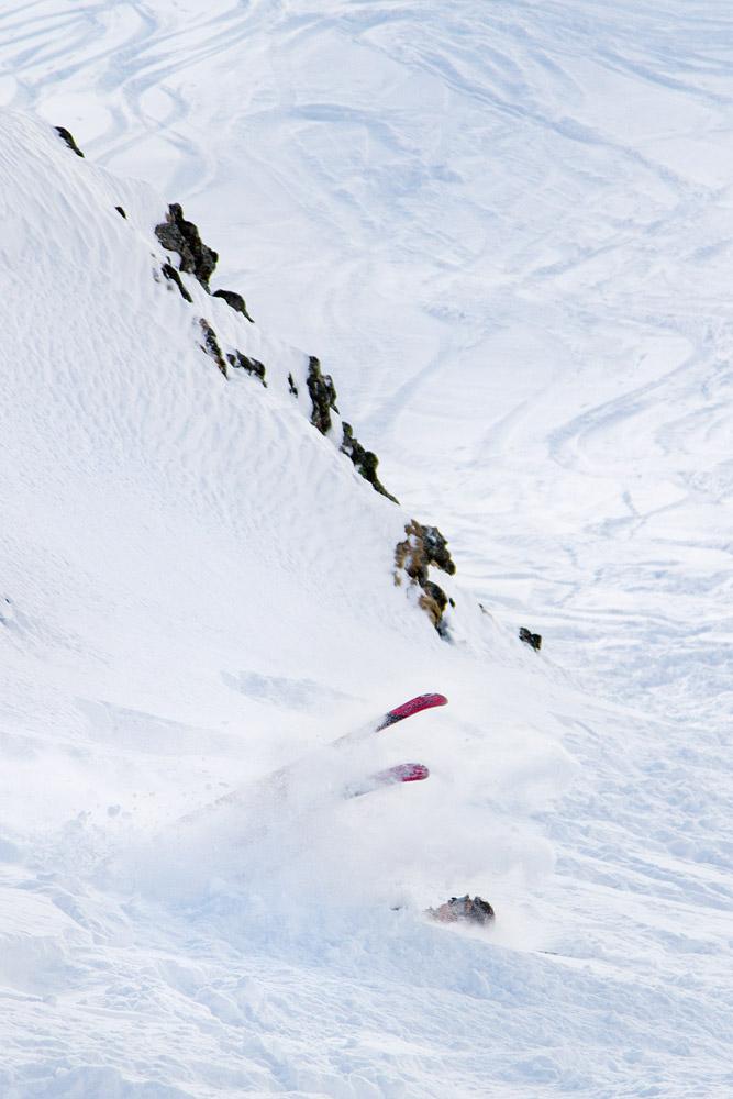 Useimmiten kaatuminen pehmeässä lumessa säikyttää ensin, mutta naurattaa kaatujaa itseäänkin heti kuperkeikkojen jälkeen.