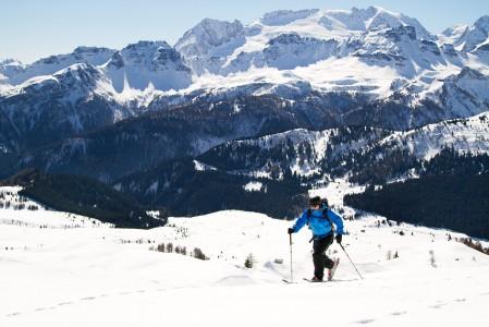 Dolomiittien vuoret kutsuvat hiihtovaellukselle nousukarvojen avulla. Sella-vuoren yläosan poikki pääsee kätevimmin skinnaamalla.