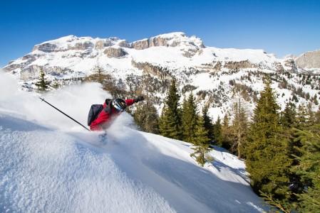 Puuterinnälkäistä laskijaa on onnistanut Monte Cherzin metsissä Dolomiiteilla, Arabban ja Corvaran kylien välisellä alueella.