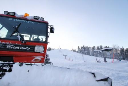 Kauniaisten hiihtokeskuksessa on Suomen ensimmäinen laskettelurinne. Mitoiltaan se on yksi maamme pienimmistä.
