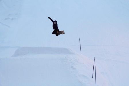 Joulun välipäivinä Kalpalinnan mäessä oli yksi hyppyri ja kourallinen sitä hyödyntäviä leiskauttelijoita.