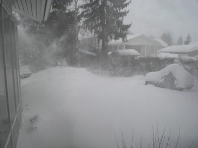 Lumentuloa ei voi estää. Elämys se on sekin, kun ei Helsingissäkään pääse kotiovesta ulos valtavan lumimäärän takia.