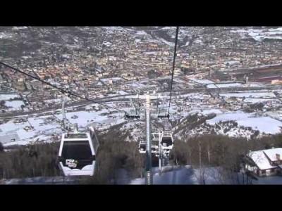 Aostan laaksossa sijaitsevan Pila-hiihtokeskuksen maisemia, kaupunkia ja harrastusmahdollisuuksia.