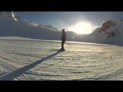 Pitztalin hiihtokeskus sisältä ja ulkoa sekä runsaasti autioita rinteitä auringonpaisteessa.