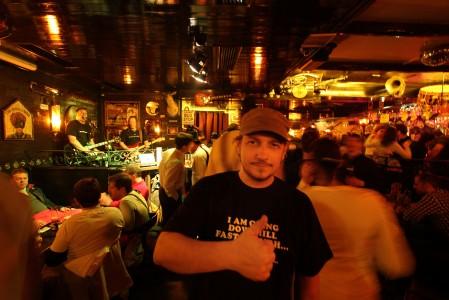 Kitzbühelin legendaarisessa Pub Londonerissä on taattua after ski -tunnelmaa.