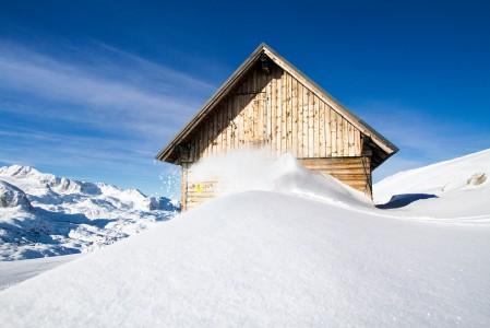 Tässä kuvassa on lähes kaikki hiihtokuvan elementit kasassa, lumipölly, alppimaja maisemassa ja aurinkoa. Vain laskija puuttuu.