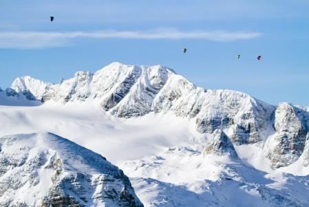 Kuumailmapallokyyti Alppien yllä jättää tuskin kylmäksi.