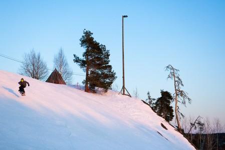 Kuvassa on hieman lappimaista tunnelmaa, vaikka siinä lautaillaan Suomen eteläisimmässä hiihtokeskuksessa, Påminnessa