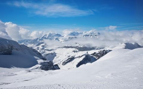 Riemulla ei ollut rajaa eikä jaloissa tuntoa, kun ikuisuuden kestänyt ankkurihissi saattoi sankarit Vorab Gletscherin huipulle, 3018 metriin.