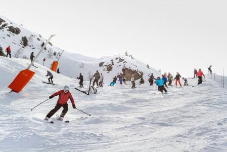 Alpe d'Huezin ruuhkaisimmat hiihtoalueet sijaitsevat lähimpänä saman nimistä pääkylää. Ahdasta voi olla etenkin, jos ylemmät hissit ovat tuulen tai huonon näkyvyyden vuoksi suljettuina.
