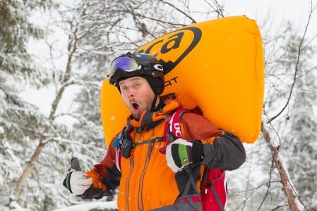 Antti testaa lumivyöryrepun toimintaa Oloksen takamaastossa