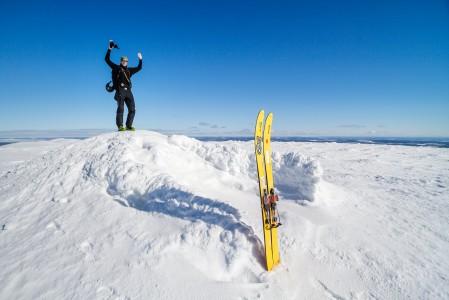Kuvan huiputuspaikka, Pallaksen Taivaskero nousee yli 500 metriä Juhan takana olevaa itäistä maastoa korkeammalle.