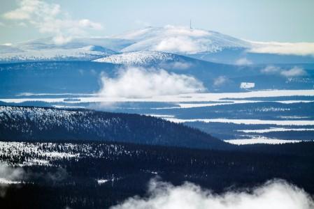 Pallaksen ja huipulta näkyvän Ylläksen välissä on Suomen suosituin ja kolmanneksi suurin kansallispuisto.