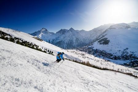 Les 2 Alpesin kylään vie lähinnä jyrkkiä ja kumpareisia rinteitä. Ainut loivempi kyläänlasku on kapea ja iltapäivällä liian ruuhkainen. Näppärintä on oikaista rinteiden välikköjen hauskan sohjon läpi.