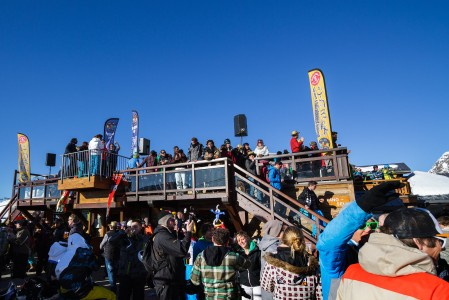 Le Pano Bar tarjoilee Les 2 Alpesin vauhdikkaimmat iltapäivätanssit 2600 metrin korkeudessa