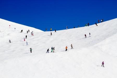 Les 2 Alpesin rinteet vaihtelevat väljästä ja tyhjästä kapeaan ja ruuhkaiseen. Ylempänä vuorella väljyys lisääntyy.