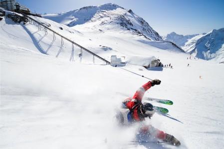 Janne lähestyy Les 2 Alpesin hiihtometron ja kiskohissin ala-asemaa kylkimöyryssä suksenpohjat edellä.