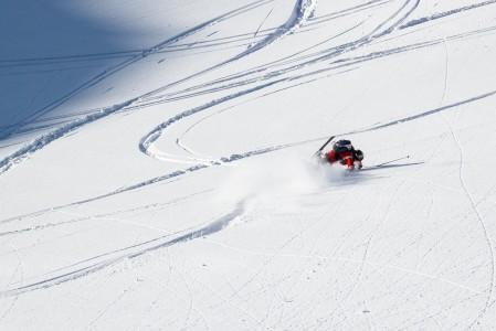 Tyypillinen offarikaatuminen alkaa lyhyellä matalalennolla, jatkuu nopealla voltilla ja pysähtyy sitten lumipilven keskelle.