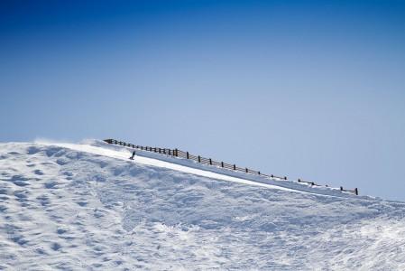 Les 2 Alpesin rinteillä on usein yhtä aikaa jopa 35 000 laskijaa. Onneksi tämä massa levittäytyy ylempänä vuorilla sen verran laajalle, ettei jonoja synny kuin pullonkaulapaikkoihin.