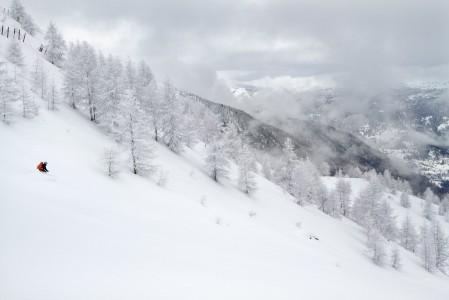 Sestrieren kylästä vajaat 600 metriä kohoava Alpetten kukkula antaa tuoreella lumella miellyttävän ympäristön pehmeään menoon