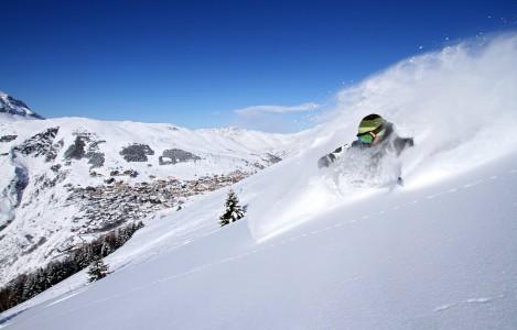 Les 2 Alpesin Diablesta lähtee mukavaa off-pistereittiä Venoscin kylää kohti. Taustalla Les 2 Alpesin nauhamainen hiihtokylä.