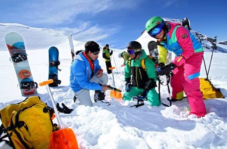 Les 2 Alpesissa on rajattu alue, jossa voi ilmaiseksi testata ja harjoitella piipparin käyttöä ja hautautuneen laitteen etsintää.
