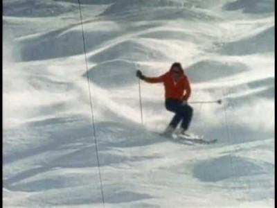 Videossa muistellaan freestyle-hiihdon alkuvaiheita ja fiilistellään menneiden aikojen hotdog-hiihtokulttuuria.