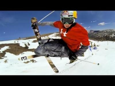 Moninkertainen X-games big air ja slopestyle -voittaja Bobby Brown esittelee kypäräkameran pyörinnänsieto-ominaisuuksia.